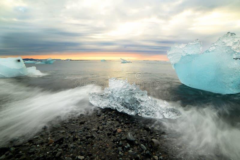 Świt na oceanie z blokami lodu. lagun lodowcowy Islandia zdjęcia stock