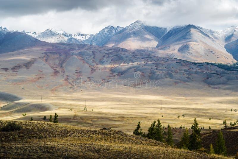 Świt w dolinie Chuy, widok na grzbiet Kurai fotografia royalty free