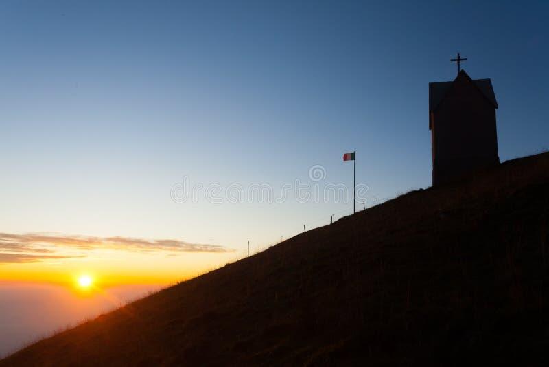 Świt w małym kościele, góra Grappa krajobraz, Włochy fotografia stock