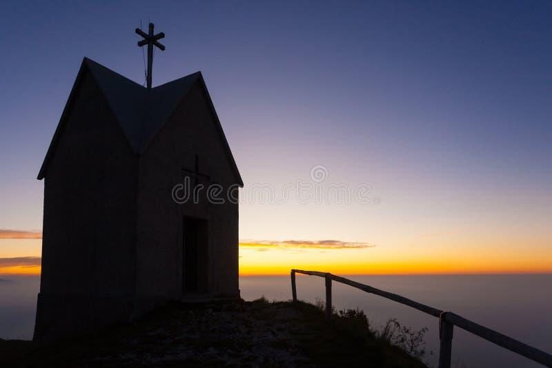 Świt w małym kościele, góra Grappa krajobraz, Włochy obrazy royalty free