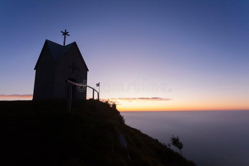 Świt w małym kościele, góra Grappa krajobraz, Włochy zdjęcia royalty free
