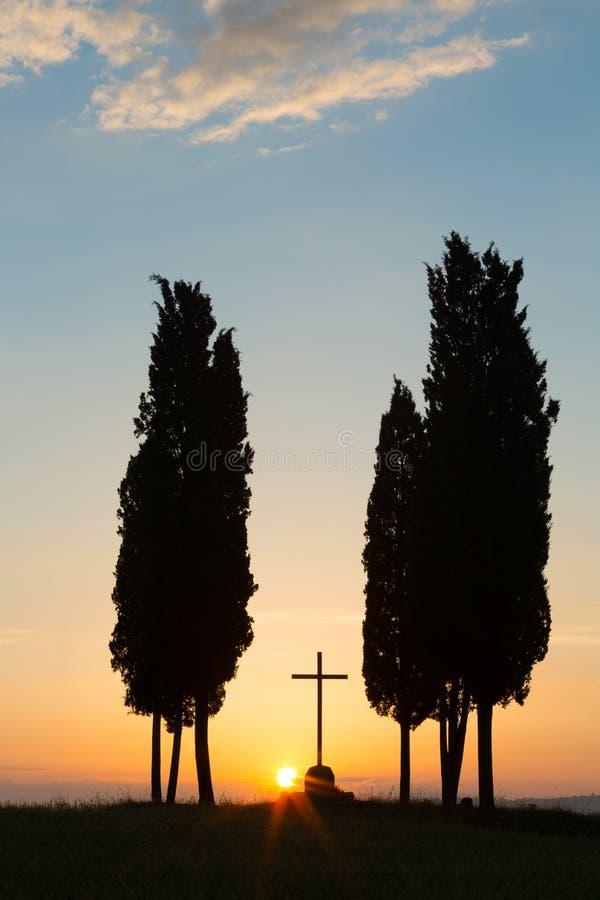 Download Świt W Toskańskich Wzgórzach Zdjęcie Stock - Obraz złożonej z zmierzch, krzyż: 53784304