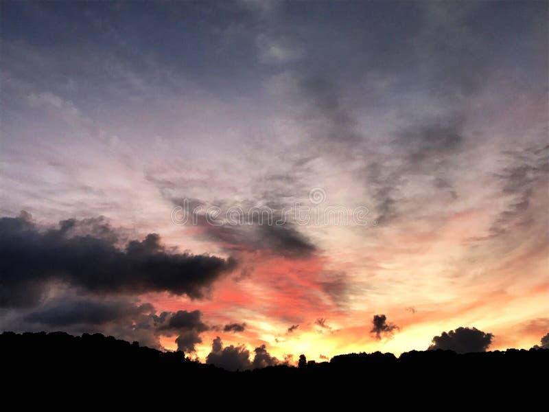 świt za chmurami obrazy royalty free