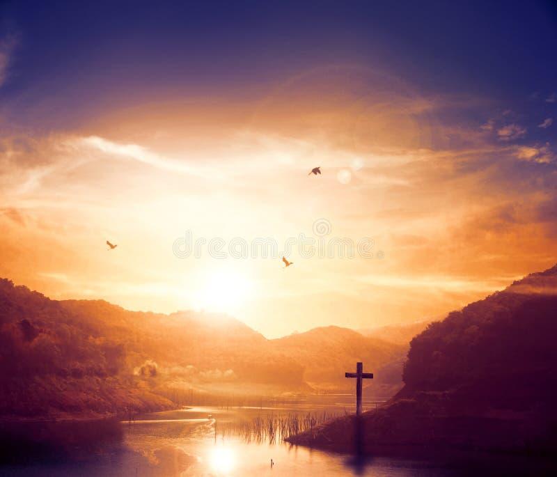 ŠTomb del ¼ di Jesus Christ Birth Death Resurrection Conceptï vuoto con crocifissione ad alba immagine stock