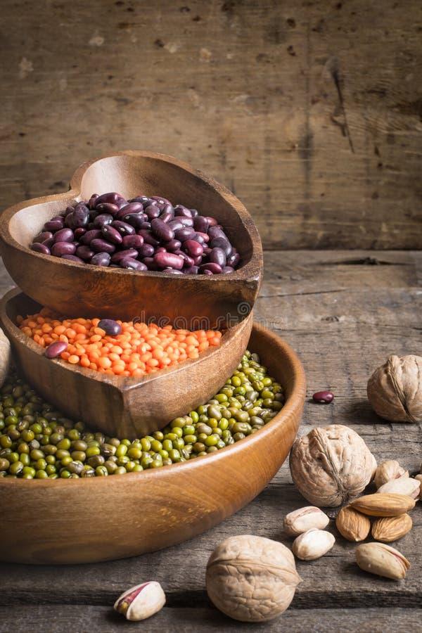 Źródła jarzynowa proteina są różnorodnymi legumes i dokrętkami fotografia royalty free