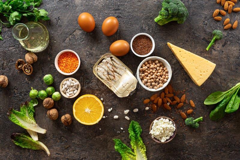 Źródła pokarmowe omega 3 i zdrowe tłuszcze na ciemnym tle widok z góry Zdrowa żywność zdjęcie stock