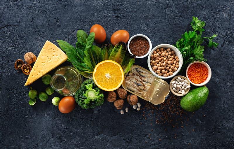 Źródła pokarmowe omega 3 i zdrowe tłuszcze na czarnym tle Warzywa, owoce morza, orzechy i nasiona zdjęcie royalty free