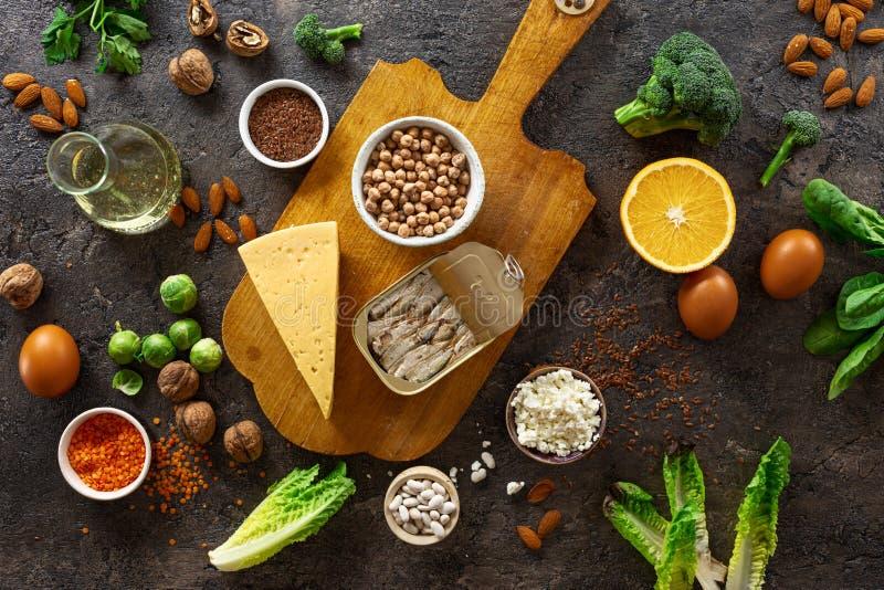Źródła pokarmowe omega 3 i zdrowe tłuszcze na czarnym tle Warzywa, owoce morza, orzechy i nasiona zdjęcia stock