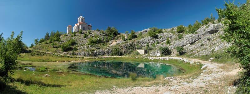 Źródło rzeczny Cetina z kościół zdjęcia royalty free