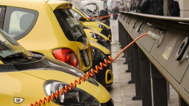 Źródło zasilania dla elektrycznego samochodu ładować załaduj elektryczny samochód stację obrazy stock