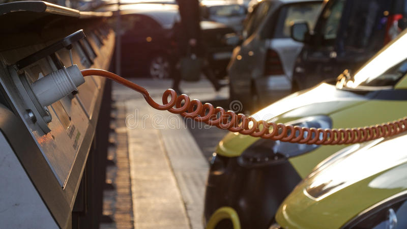 Źródło zasilania dla elektrycznego samochodu ładować załaduj elektryczny samochód stację obrazy royalty free