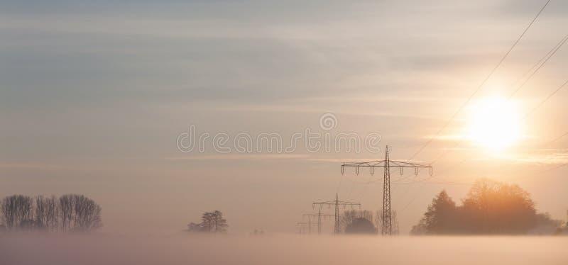 Źródło zasilania wykłada w mgle podczas zimy zdjęcia royalty free
