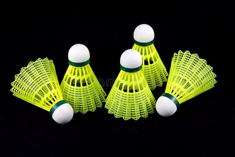 Żółci badminton shuttlecocks odizolowywający na czerni obrazy royalty free