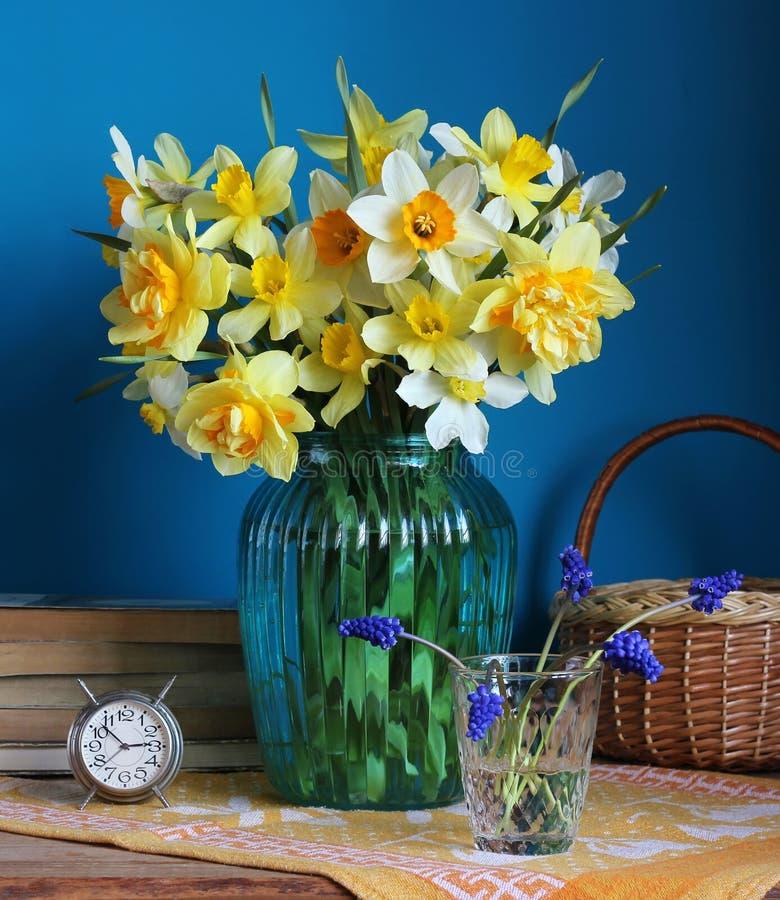 Żółci daffodils w szklanej wazie zdjęcia stock