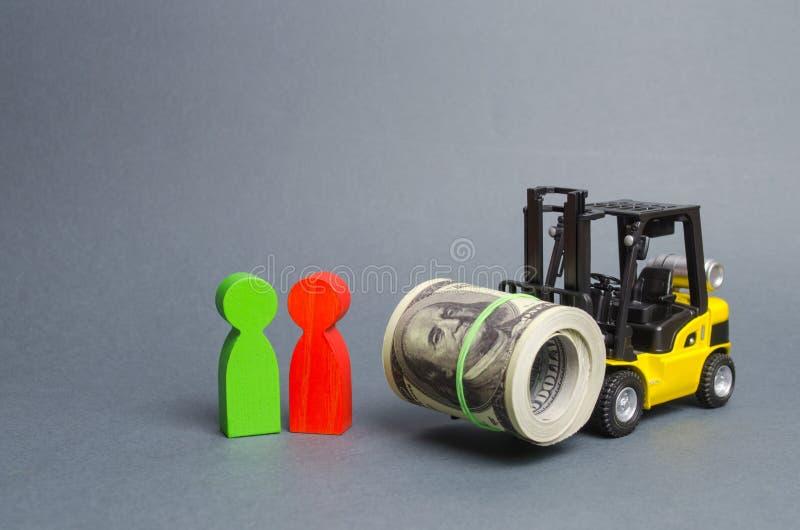 Żółci Forklift truckcarries wielki plik dolary, klient i sprzedawca, Inwestycje, Preferencyjne tanie pożyczki dla biznesu obrazy royalty free