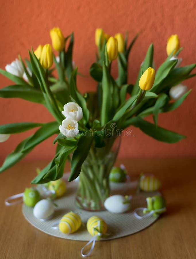Żółci i biali tulipany skaczą kwiatu Wielkanocny bukiet kwiaty fotografia stock