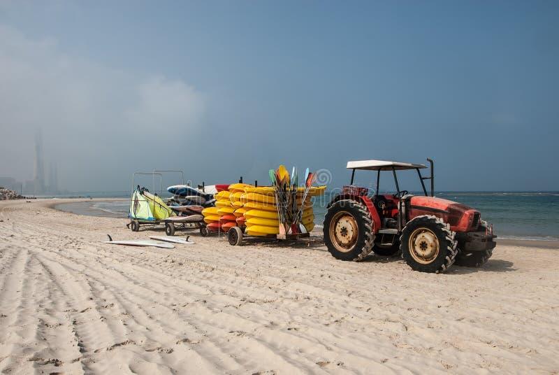 Żółci kajaki w ciągnik przyczepie na plaży Caesarea, Izrael obraz royalty free