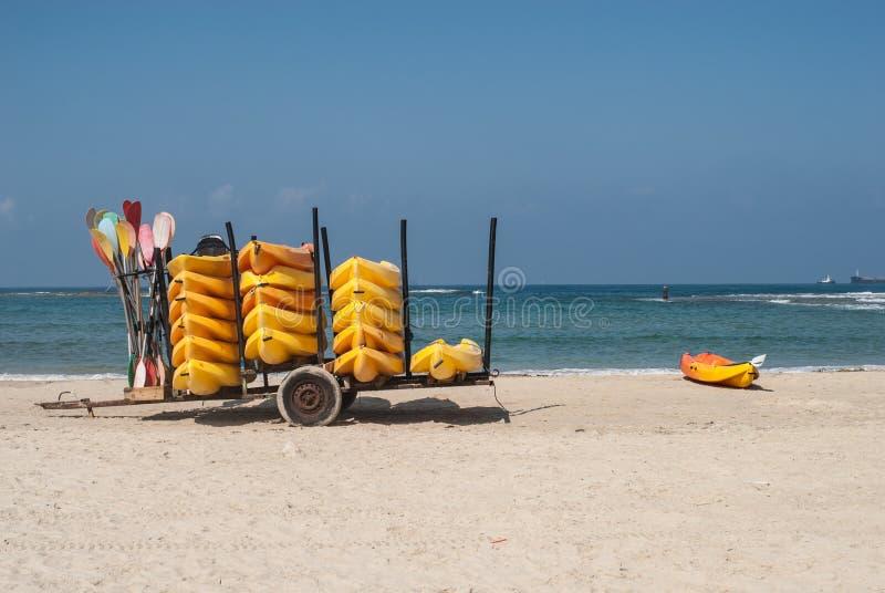 Żółci kajaki w przyczepie na thea seashore, Izrael, Caesarea fotografia stock