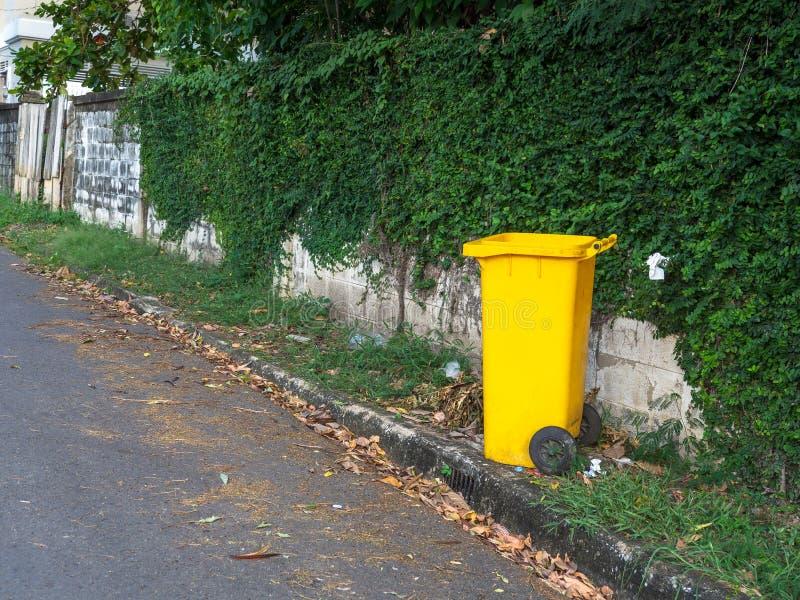 Żółci kosze umieszczają na stronie droga w wiosce Grat jest dla ludzi w wiosce dla lewicy śmieciarskim czekaniem obrazy stock