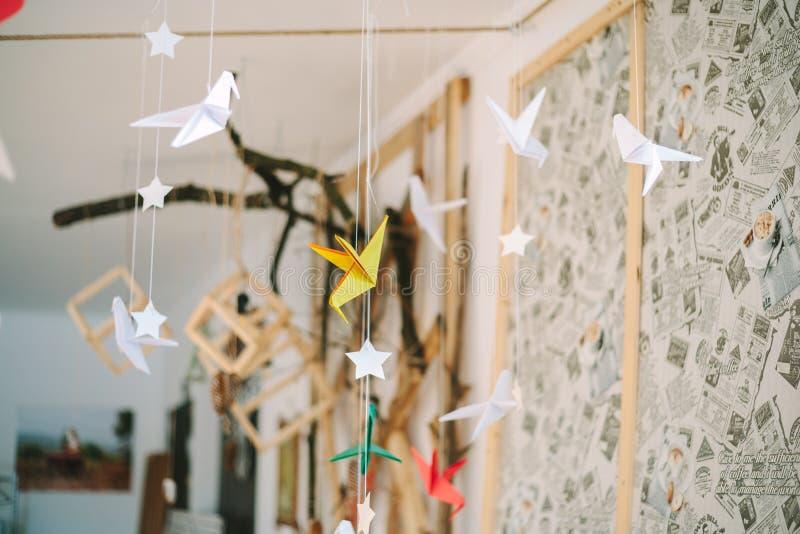 Żółci Origami hummingbirds wieszają na niciach fotografia stock
