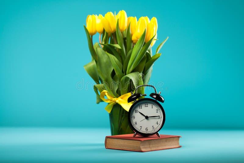 Żółci tulipany na błękitnym tle obrazy royalty free