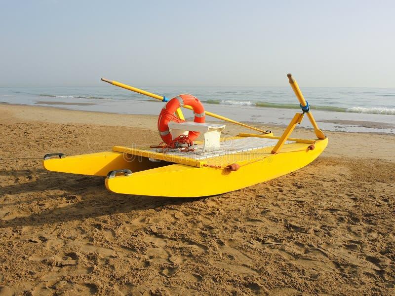 Żółta łódź ratunkowa na włoszczyzny plaży adriatic morza Emilia Romagna Włochy fotografia stock