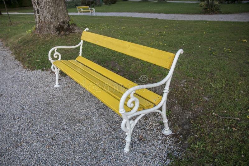 Żółta ławka dla twój dostawać zrelaksowany zdjęcia royalty free