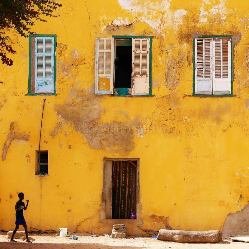 Żółta ściana w Goree wyspie w Senegal fotografia royalty free