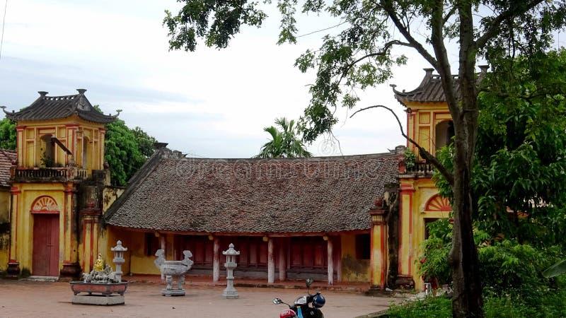 Żółta świątynia z antyczną brąz płytką fotografia stock