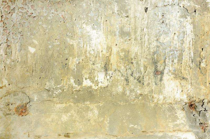 Żółta betonowa ściana z pęknięciami i punktami Tło z teksturą fotografia stock