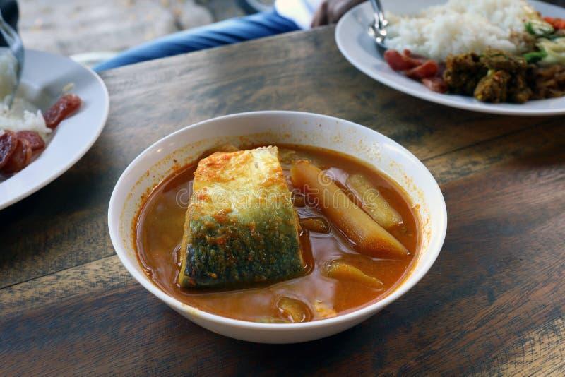 Żółta curry ryba w pucharu białym tajlandzkim południowym stylowym jedzeniu, khaw ti Tajlandzki słowo, Wielcy kawałki ryba polewk obrazy royalty free