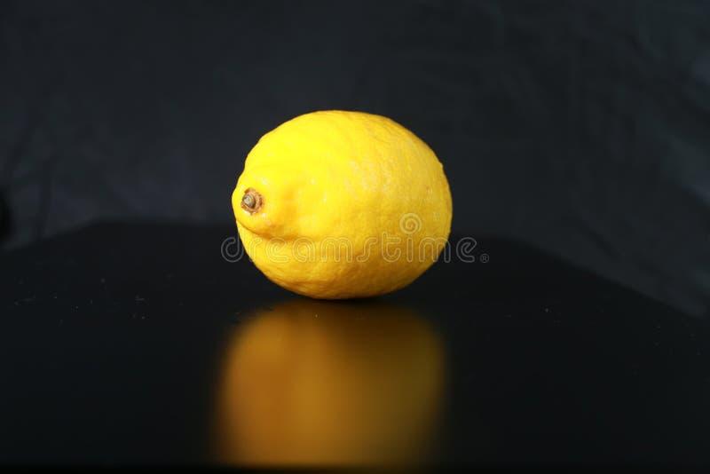 Żółta cytryna na czarnym tle fotografia royalty free