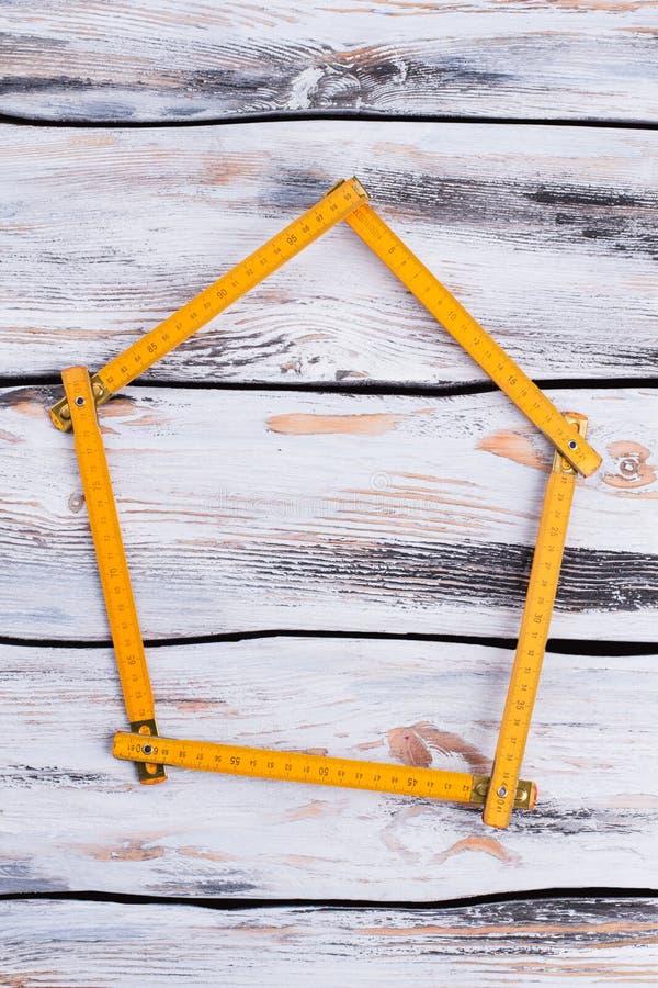 Żółta falcowanie władca tworzy kształt dom zdjęcie royalty free