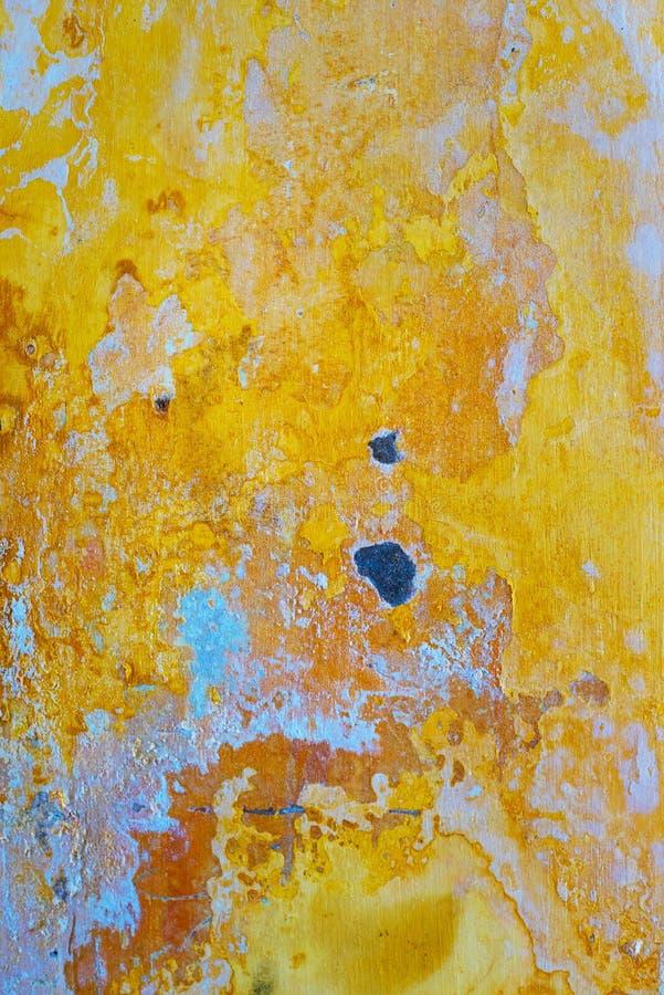 Żółta farba i pęknięcie na starej betonowej ścianie obrazy stock