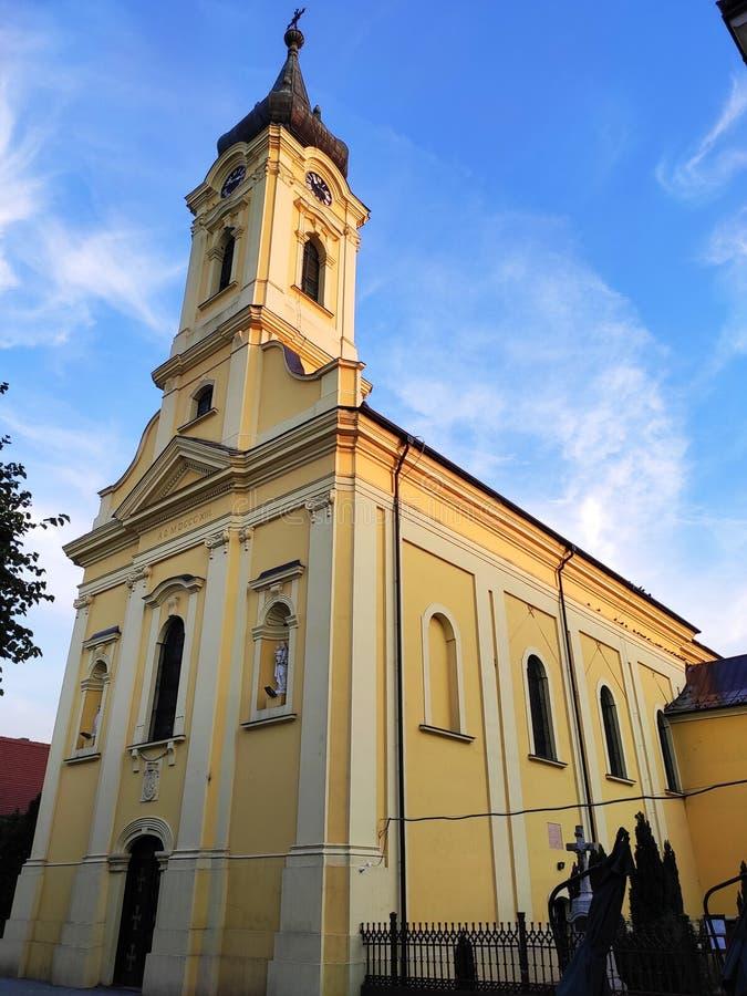 Żółta fasada Kościoła katolickiego w Rumie obraz stock