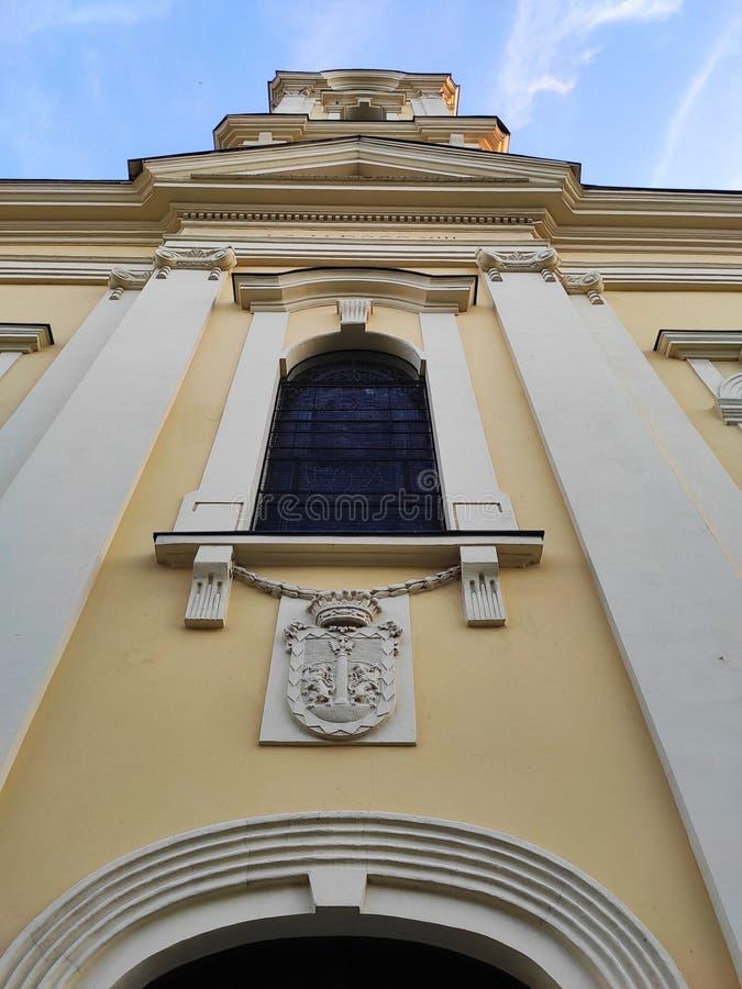Żółta fasada Kościoła katolickiego w Rumie obraz royalty free