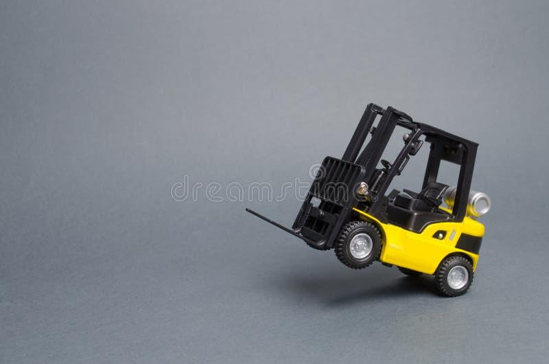 Żółta forklift ciężarówka jedzie na tylnych kołach na szarym tle Magazynowy wyposażenie, pojazd Logistyki i transport obraz stock