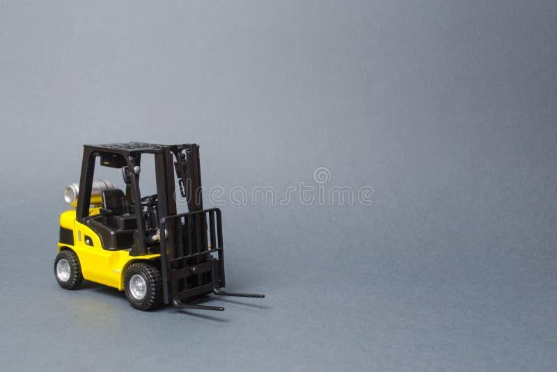 Żółta forklift ciężarówka na szarym tle Magazynowy wyposażenie, pojazd Logistyka i przewieziona infrastruktura, przemysł obraz stock