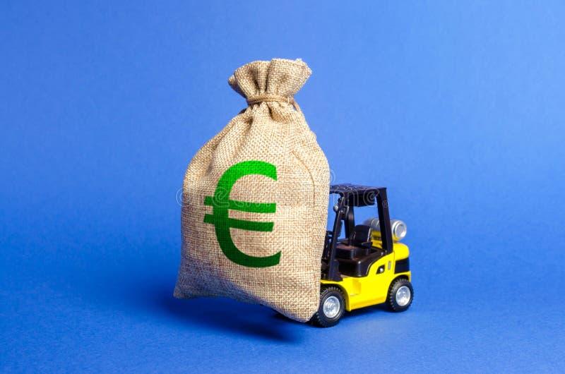 Żółta forklift ciężarówka niesie dużą torbę Euro pieniądze Przyciągać inwestycję w rozwoju, modernizacja produkcja obraz stock