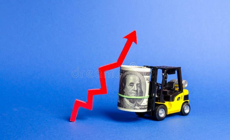 Żółta Forklift ciężarówka niesie dużego plika dolary i czerwień w górę strzały Przyrost dochód i zysk postęp przemysłowy obrazy royalty free