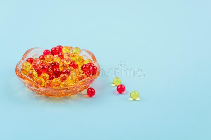Żółta i czerwona witamina A, E, d, omega 3, wątróbka, ryba, wieczór pierwiosnku oleju żywienioniowego nadprograma gel kapsuły w s fotografia stock