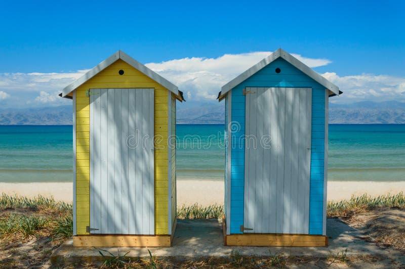 Żółta i niebieska publiczna szatnia na dnie morza, widok na błękitną wodę obrazy stock