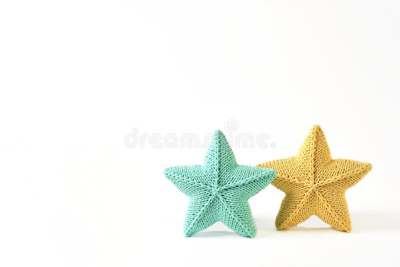 Żółta i niebieskozielona trykotowa pięcioramienna gwiazda kształtować poduszki na białym tle wyśmiewają w górę wzoru - dwa kawałk obraz stock