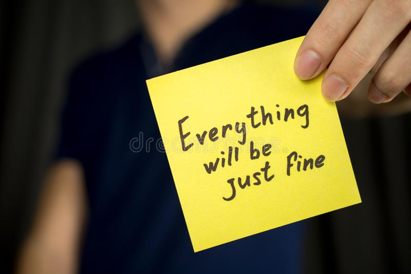 Żółta majcher inskrypcja Everything będzie właśnie świetna zdjęcia stock