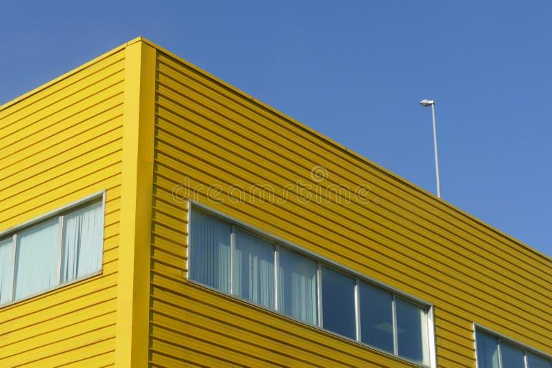 Żółta przemysłowa stalowa fasada pod niebieskie niebo perspektywicznym widokiem zdjęcie stock