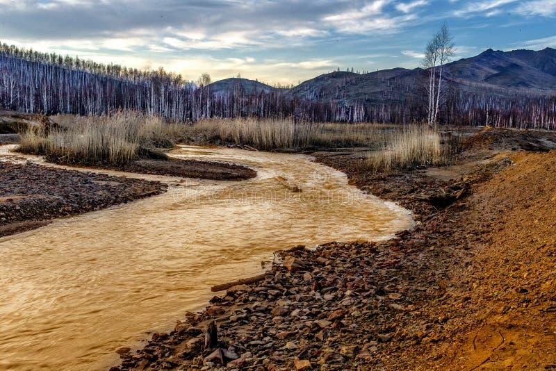 Żółta rzeka z czerwienią - żółci kwasów kamienie fotografia stock