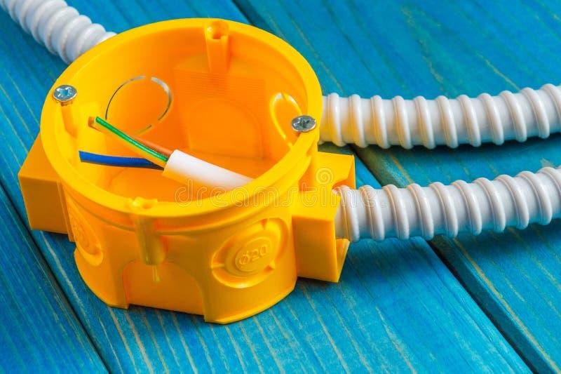Żółta skrzynka na połączenia z drutem do naprawy elektryczności w domu obraz royalty free