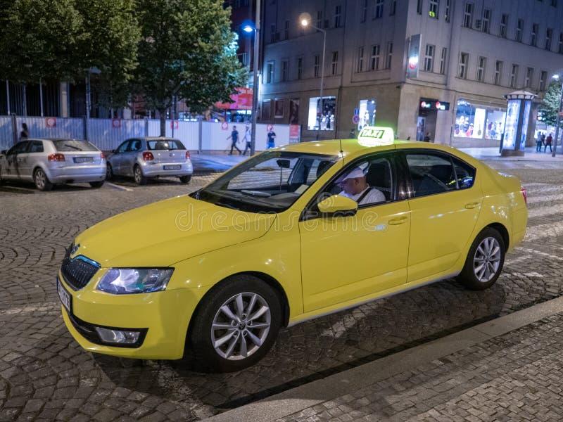 Żółta taksówka lub taxi na Wenceslas kwadracie przy nocą w Praga fotografia royalty free