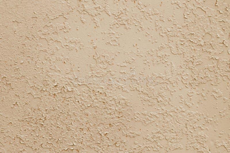 Żółta tekstura obieranie farba, jasnobrązowy tło Brudna betonowa ?ciana Retro skutek Opr??nia przestrze? Abstrakcjonistyczny beżu obraz royalty free