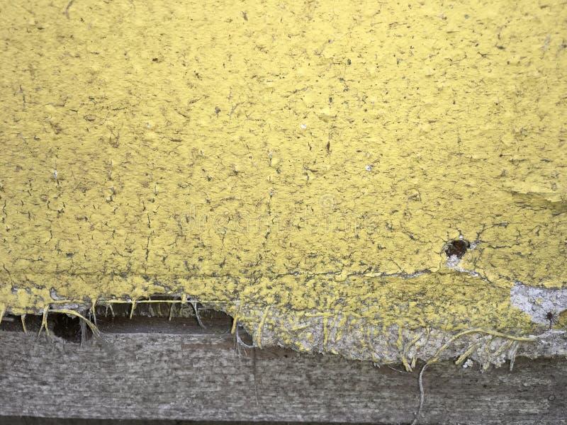 Żółta textured stara obieranie ściana, abstrakcjonistyczny tło zdjęcia royalty free